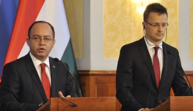 De la stanga la dreapta: Bogdan Aurescu, ministrul de Externe al României si ministrul de Externe din Ungaria, Péter Szijjártó