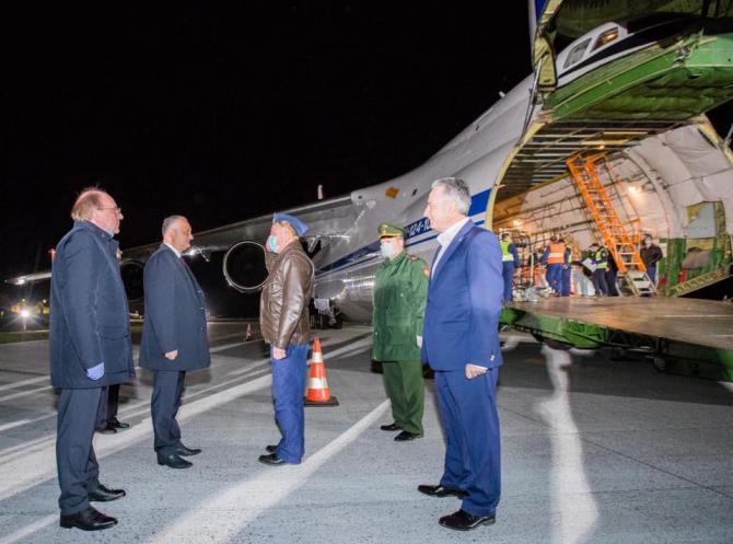 Igor Dodon, președintele Republicii Moldova, la ceremonia de primire a echipamentelor medicale aduse din China cu o aeronavă a Rusiei. Sursă foto: Igor Dodon Facebook