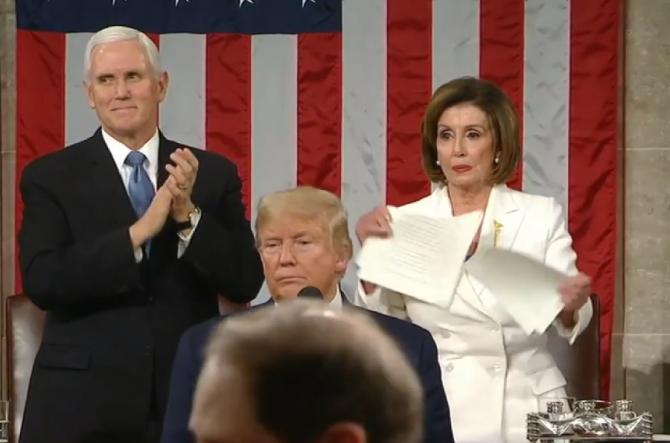 Foto: Momentul în care democrata Nancy Pelosi, șefa Camerei Reprezentanților, a rupt discursul președintelui Donald Trump în Congres, pe 5 februarie 2020