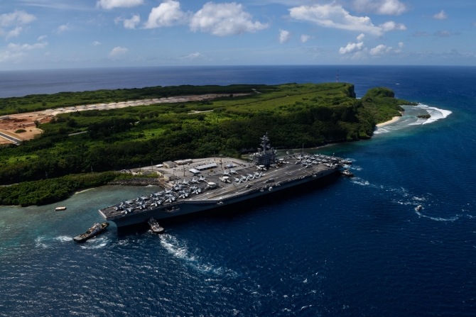 Portavionul american USS Theodore Roosevelt, navă andocată de săptămâna trecută în portul Guam după ce mai mulţi marinari au contractat noul coronavirus