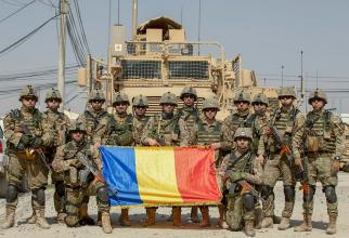 """""""Guardian Angels"""" din cadrul Batalionului 21 de Protecția Forței """"Viperele Negre"""", asigurând protecția echipei de instruire, consiliere și asistență din Baza Aeriană Kandahar, Afganistan. Sursă foto: MApN Facebook"""