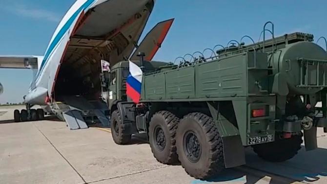 Imagini din timpul transportului ajutorului medical din Rusia către Italia, sursă foto: Zvezda TV, canalul Ministerul Apărării rus