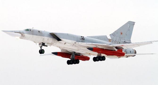 """bombardierul strategic Tu-22M3M (numit și Tupolev Tu-26, NATO: """"Backfire"""") cu rachete X-32."""