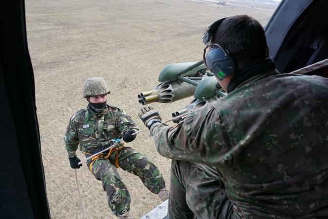 Coborâre în rapel din elicopter. Sursă foto: Școala de aplicație a forțelor pentru operații speciale