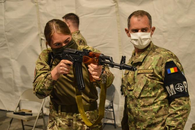 Militari români din cadrul Poliției Militare, în timpul schimbului de experiență în vederea cunoașterii armamentului ușor de infanterie. Sursă foto: Lt. Florin Ruță, Trustul de Presă al MApN Facebook
