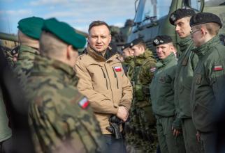 Preşedintele Poloniei Andrzej Duda, alături de militari a forţelor terestre poloneze.
