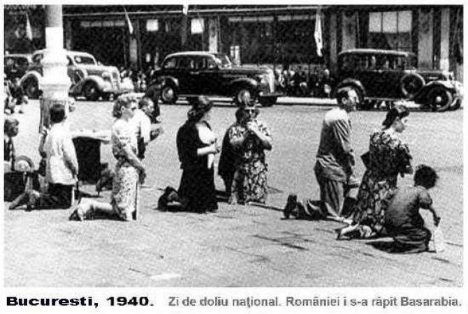 Bucureșteni în genunchi după anunțul oficial cu privire la cedarea Basarabiei către URSS în 1940