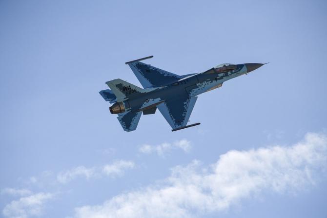 F-16 american, în schema de camuflaj a unui Su-57 rusesc. Sursă foto: Air Base Robins US Air Force