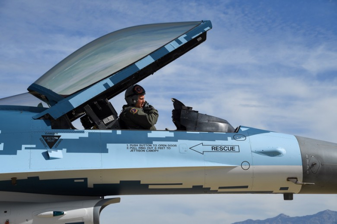 4. F-16 ameri (f_16_su_57_46227000.JPG)