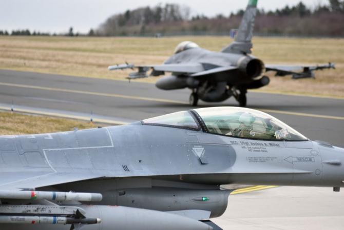 Avioanele de vânătoare F-16 ale 112th Squpedron Fighter Expeditionary, dislocate în Europa la baza aeriană Spangdahlem, Germania