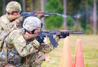 Soldați US Army în timpul unor trageri cu AK-47. Photo source: (Sgt. Steven L. Galimore/U.S. Army