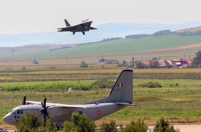 Un F-22 Raptor, în timpul unui antrenament la Baza Aeriană de la Câmpia Turzii. Sursă foto: MApN