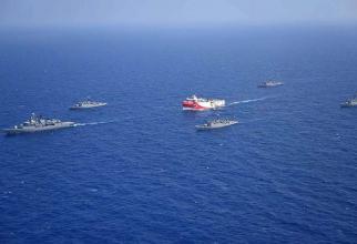 Nava de cercetare Oruc Reis, escortată de cinci nave de război, în sud-estul Mării Egee, o zonă disputată din Mediterană și bogată în zăcăminte naturale.