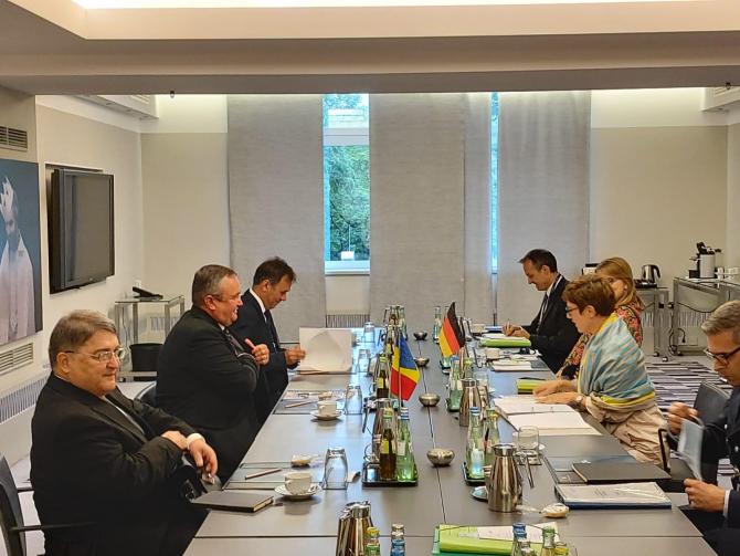Întrevederea dintre miniștrii apărării Nicolae Ciucă și Annegret Kramp-Karrenbauer, care a avut loc la Berlin. Sursă: Facebook Nicolae Ciucă