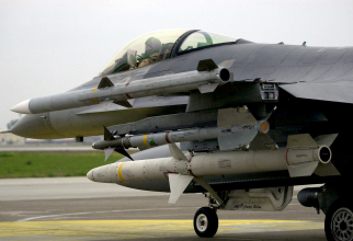 Avion F-16 echipat cu rachete AIM-120 C7 AMRAAM (Air-to-Air Medium-Range Missile)