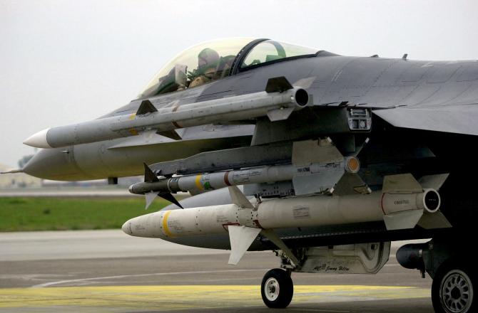 Avion F-16 echipat cu rachete AIM-120 C7 AMRAAM (Air-to-Air Medium-Range Missile)