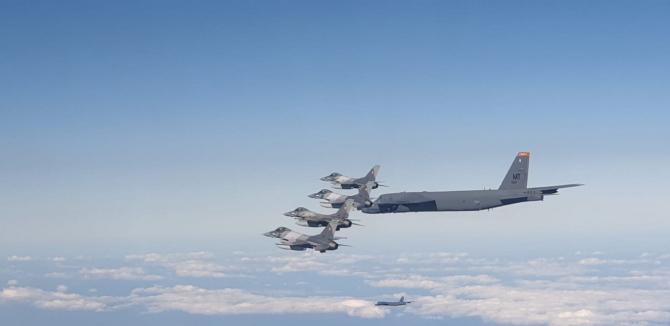 Aeronave F-16 Fighting Falcon ale României, alături de un bombardier strategic american B-52 Stratofortress. Sursă foto: MApN