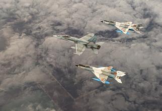 O aeronavă CF-18 a Forțelor Aeriene Regale Canadiene, împreună cu două aeronave MiG-21 LanceR ale Forțelor Aeriene Române. Sursă foto: NATO Allied Air Command și Canadian Armed Forces - Facebook