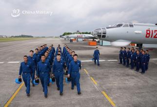 Foto: Piloți chinezi și bombardiere strategice H-6, înaintea unui exercițiu. Sursă: Ministerul Apărării din China