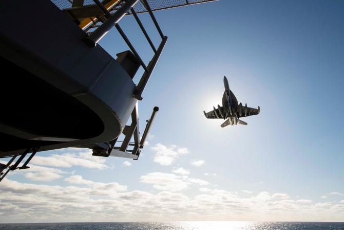 O aeronavă EA-18G Growle, pregătindu-se să aterizeze pe portavionul USS Gerald R. Ford. Sursă foto: U.S. Department of Defense (DoD)