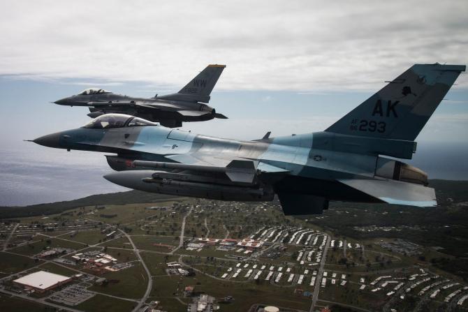 Foto: Avioane F-16 deasupra insulei Guam. Sursă: Andersen Air Force Base, Guam - Facebook