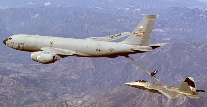 O aeronavă KC-135R Stratotanker, realimentând un F-22. Sursă foto: US Air Force