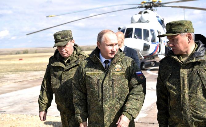 Președintele rus Vladimir Putin și Serghei Șoigu, ministrul rus al Apărării. Sursă foto: Kremlin