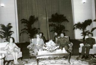 La invitaţia C.C. al P.C. din Kampuchia Democrată şi a Guvernului acestei ţări, o delegaţie de partid şi de stat a României, condusă de preşedintele Nicolae Ceauşescu, a făcut o vizită oficială în Kampuchia. Aspect de la întâlnirea protocolară între Nicol
