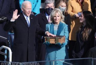 Președintele Joe Biden, depunând jurământul, în timpul învestirii în funcție