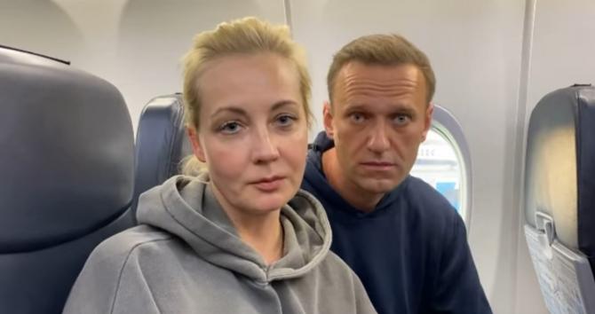 Opozantul Alexei Navalnîi și soția sa, în avionul care îi aducea din Germania, în Rusia. Sursă foto: Alexei Navalnîi Facebook