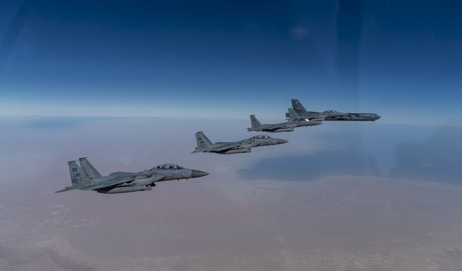 Bombardier B-52 al US Air Force si avioane F-15 ale Arabiei Saudite Sursa foto: CENTCOM