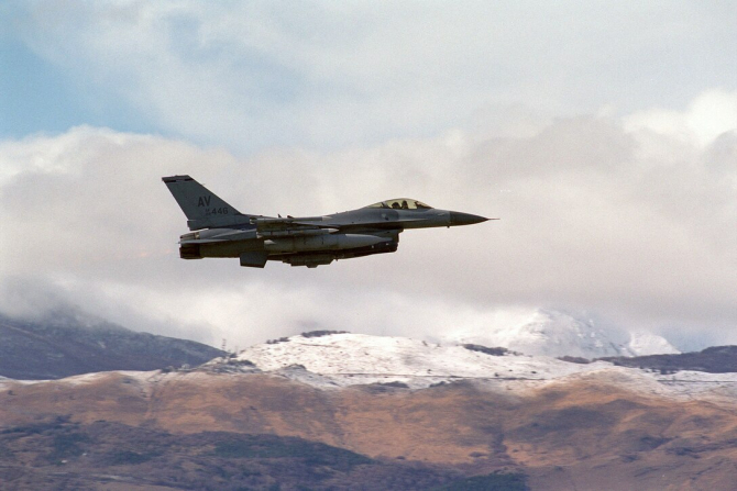 Un avion F-16 american care a participat la misiunea NATO Operation Allied Force, în martie 1999
