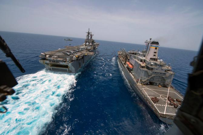 USNS Laramie (dreapta) efectuează realimentarea unei nave a SUA