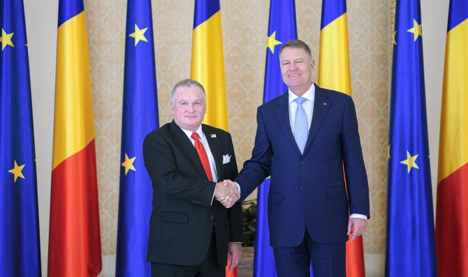 Ambasadorul american Adrian Zuckerman și Klaus Iohannis, președintele României. Sursă foto: Administrația Prezidențială