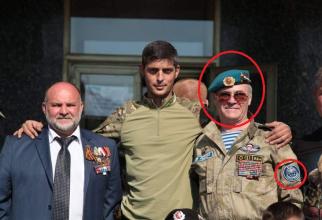 """Colonelul Valeri Grotov - primul din dreapta - într-o fotografie cu Mihail Tolstykh, un lider militar prorus din estul Ucrainei cunoscut sub numele de război """"Ghivi"""" (ucis în 2017). Se poate observa că Grotov are pe braţul stâng un ecuson milita"""