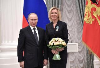 Președintele rus Vladimir Putin și Maria Zaharova, purtătorul de cuvânt al MAE rus. Sursă foto: Kremlin