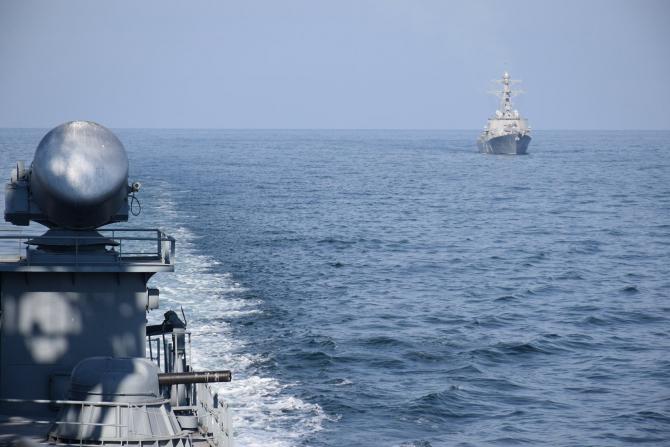 Vedere de la babordul fregatei Marasesti asupra distrugatorului USS Porter  Sursa foto: Fortele Navale Romane