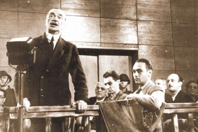 Foto: Iuliu Maniu la proces. Sursa: www.corneliu-coposu.eu