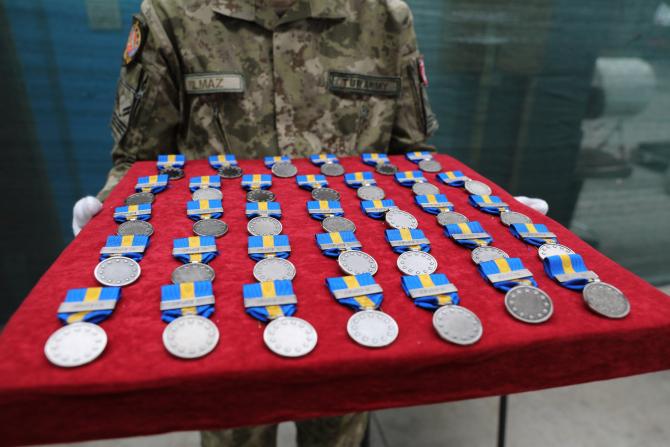 2. Sursă foto... (medalii-bosnia-militar-roman_81861100.jpg)