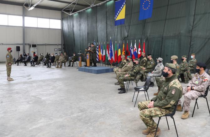 5. Sursă foto... (militar-romani-medaliati-bosnia-ceremonie_67844300.jpg)