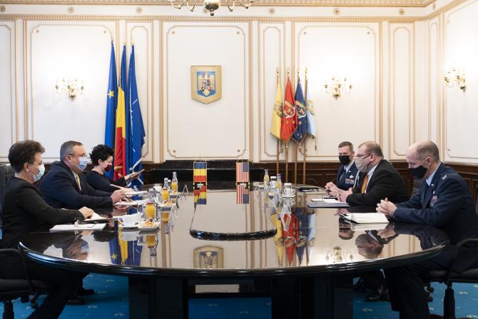 Ministrul Apărării, Nicolae Ciuca si Însărcinatul cu Afaceri al Ambasadei SUA la București, David Muniz  Sursa foto: MApN