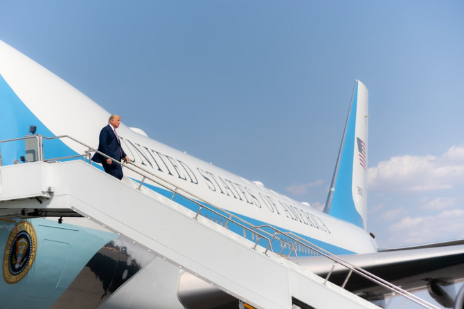 Donald Trump, coborând din Air Force One. Sursă foto: Trump White House
