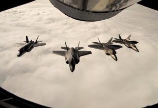 Avioane F-22 ale US Air Force și avioane F-35 ale Norvegiei, în timpul unor manevre NATO. Sursă foto: Lockheed Martin