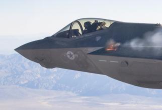 Un avion american F-35, în timpul testării tunului GAU-22, în 2015. Sursă foto: Captură YouTube via. FightGlobal.com
