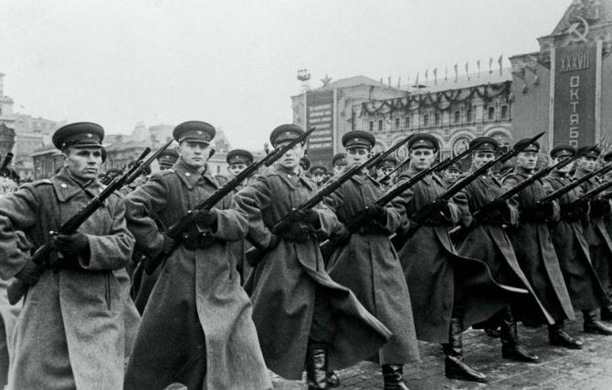 2. Soldați ai... (armata-rosie-soldati-sovietici_83999900.jpg)