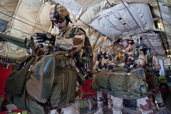 Un grup de comando al Armatei Franței, pregătindu-se să se parașuteze în Djibouti, sursă foto: Ministerul Apărării de la Paris -  Ministère des Armées