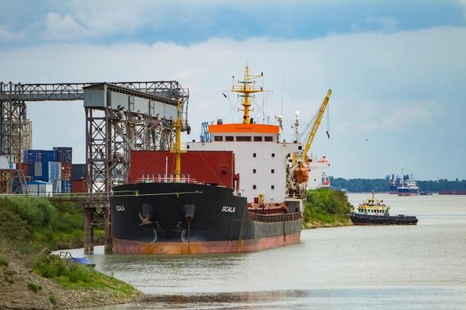 portul Giurgiuleşti constă din terminalul petrolier, portul marfar şi de călători