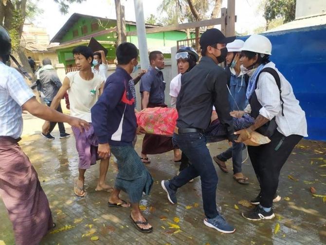 Cel puțin doi morți în timpul protestelor împotriva loviturii de stat militare din Myanmar  Sursa foto: Twitter