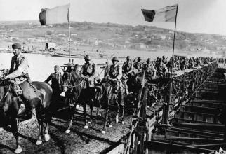 Foto: În drum spre Stalingrad. Trecerea trupelor române peste Nistru. Sursă: Radio România Actualități