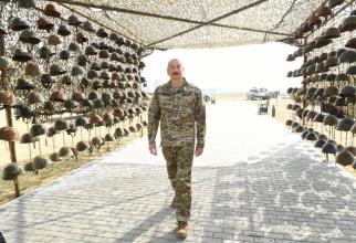"Președintele azer Ilham Aliyev, vizitând macabrele ""trofee de război"". Sursă foto: Ministerul Apărării din Azerbaidjan - Azərbaycan Respublikası Müdafiə Nazirliyi"